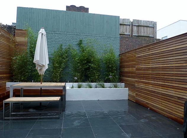 small court yard garden clapham london cedar screen slate paving rendered walls