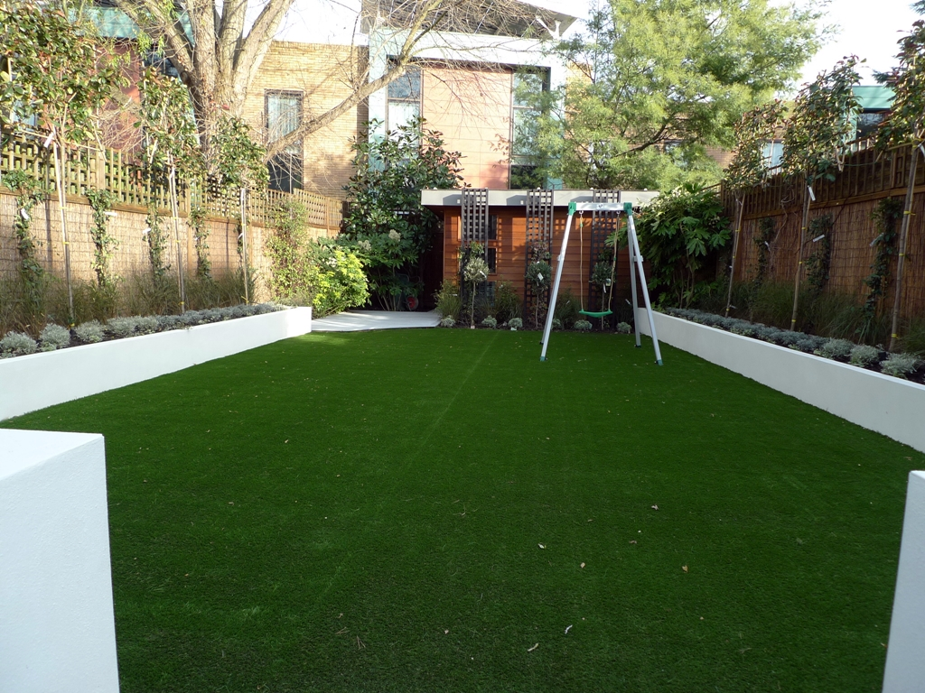 modern minimalist garden design low maintenance high impact garden design raised white wall beds grey decking east grass lawn turf sunken garden with fire and chimney flat trees balham wandsworth london (7)