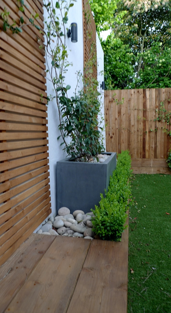 Wooden slatted horizontal privacy screen trellis in cedar