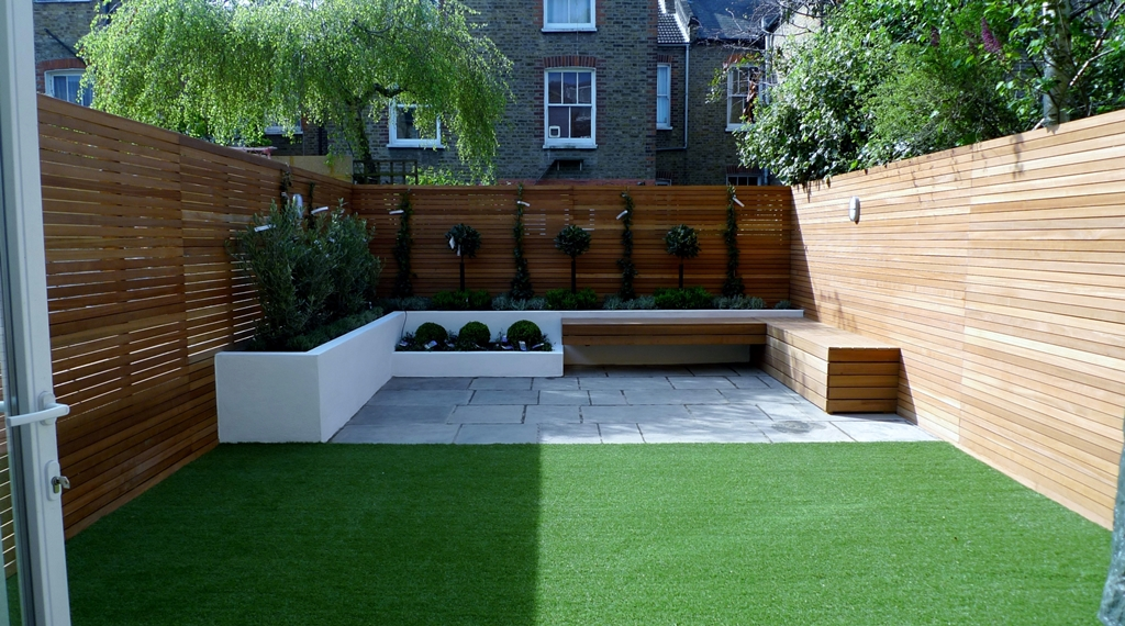 Hardwood Privacy Screen Trellis Slatted Batten Fence With Artificial Grass in Modern Low Maintenance Garden London (1)