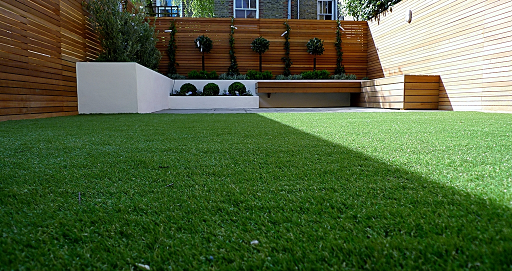Hardwood Privacy Screen Trellis Slatted Batten Fence With Artificial Grass in Modern Low Maintenance Garden London (11)