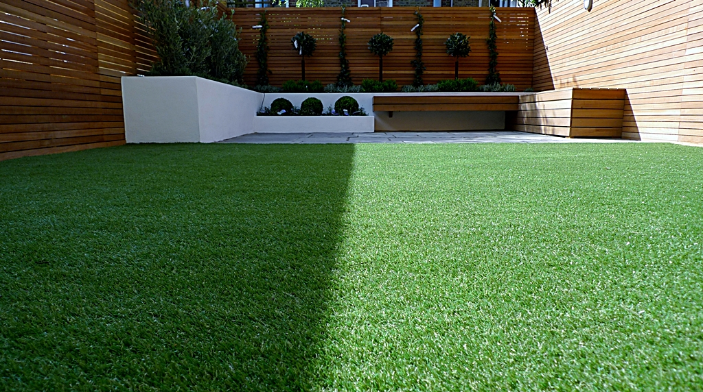 Hardwood Privacy Screen Trellis Slatted Batten Fence With Artificial Grass in Modern Low Maintenance Garden London (12)
