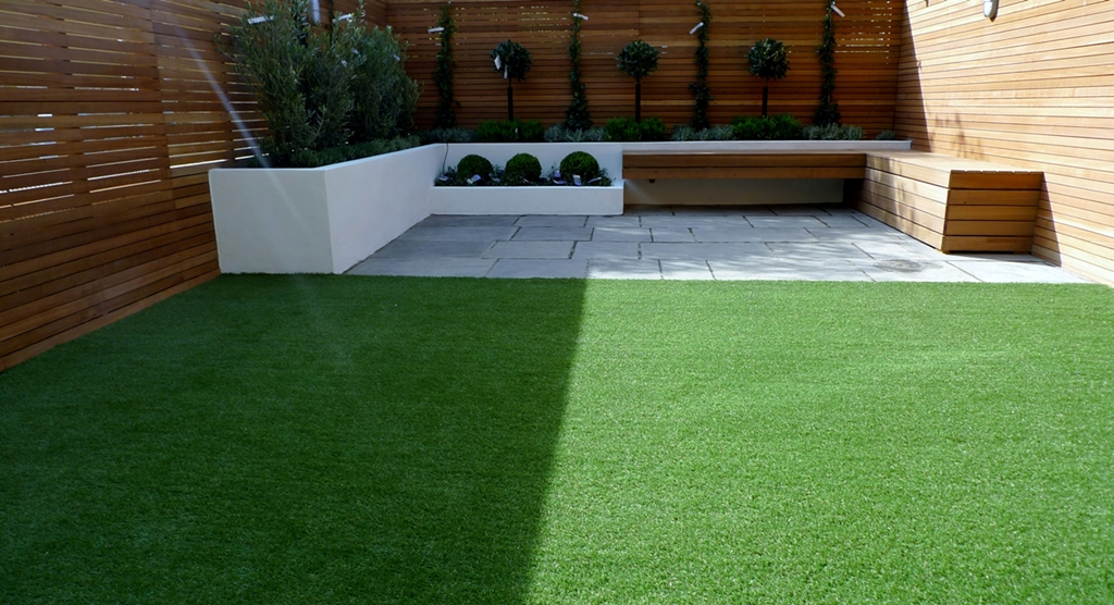 Hardwood Privacy Screen Trellis Slatted Batten Fence With Artificial Grass in Modern Low Maintenance Garden London (3)