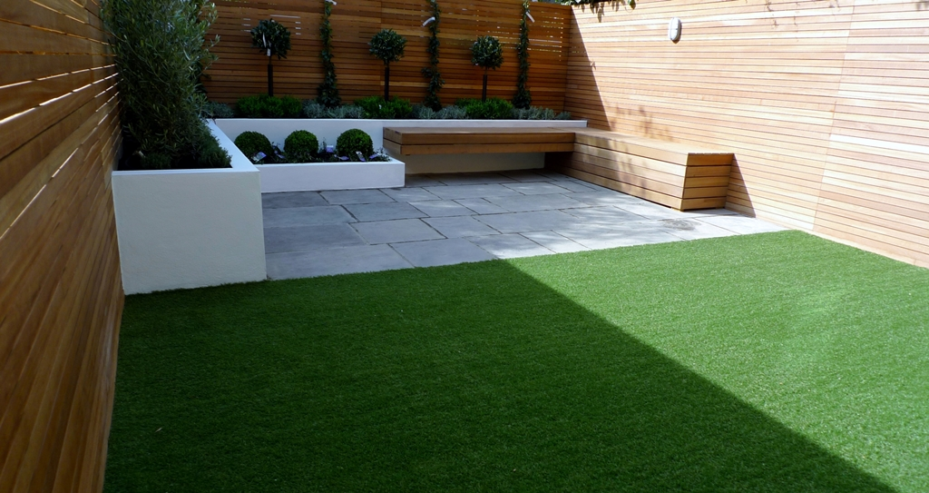 Hardwood Privacy Screen Trellis Slatted Batten Fence With Artificial Grass in Modern Low Maintenance Garden London (4)