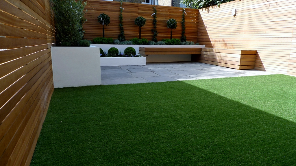 Hardwood Privacy Screen Trellis Slatted Batten Fence With Artificial Grass in Modern Low Maintenance Garden London (5)
