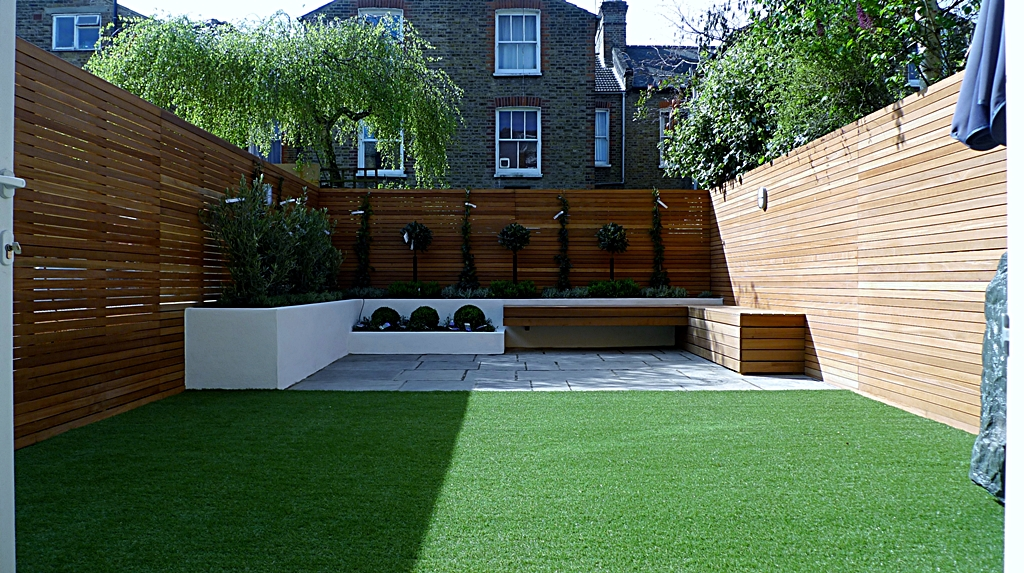 Hardwood Privacy Screen Trellis Slatted Batten Fence With Artificial Grass in Modern Low Maintenance Garden London (8)