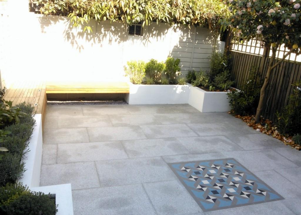 modern garden design london granite paving raised rendered beds hardwood bench mosaic tile London (2)