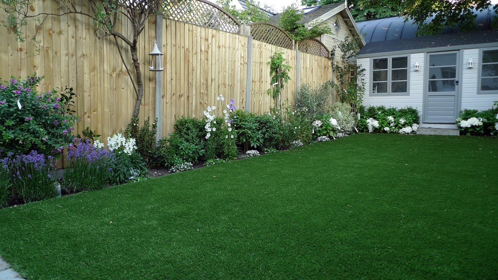 artificial easy grass lawn summer house sandstone paving and white flower planting scheme (2)