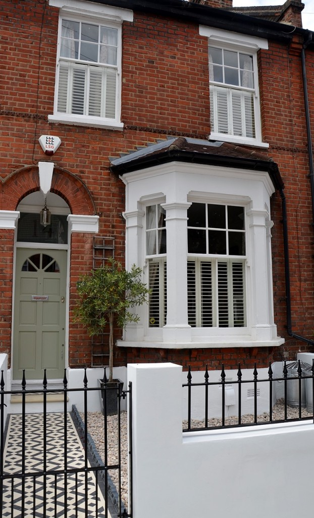 front garden wall painted white metal wrought iron rail and gate victorian mosaic tile path in black and white scottish pebbles York stone balham london (12)
