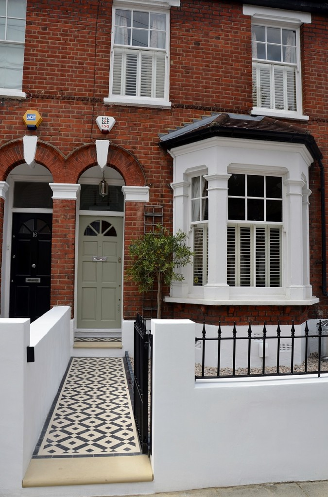 front garden wall painted white metal wrought iron rail and gate victorian mosaic tile path in black and white scottish pebbles York stone balham london (13)