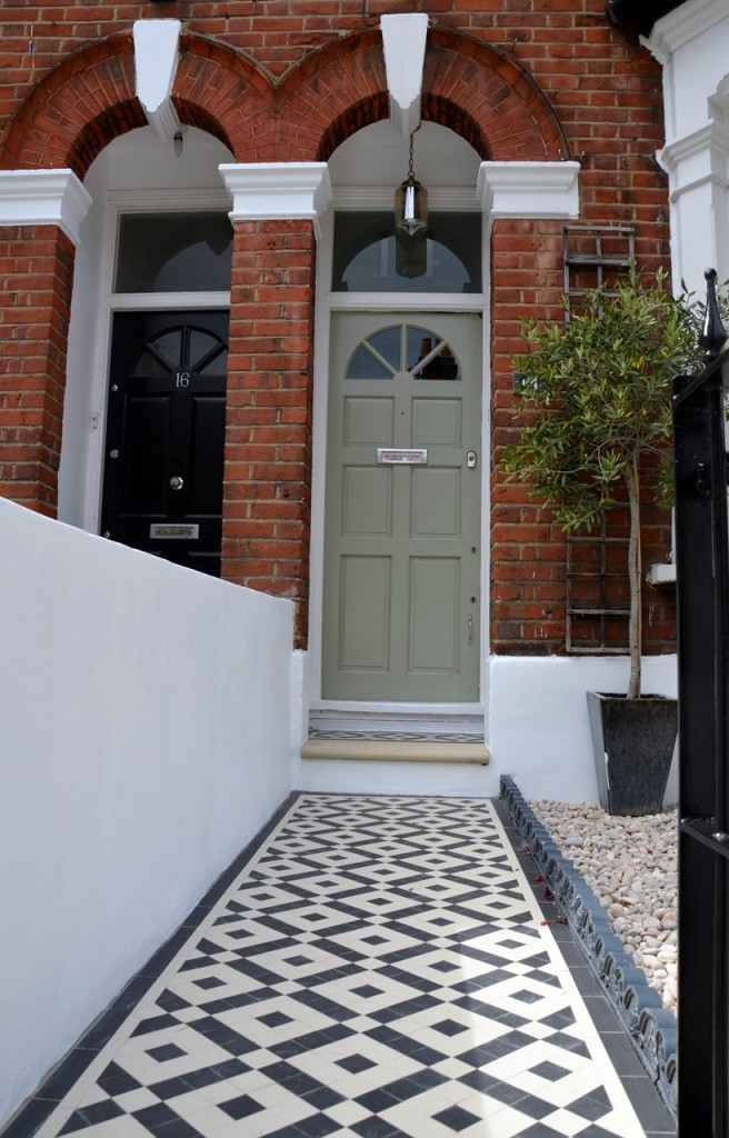 front garden wall painted white metal wrought iron rail and gate victorian mosaic tile path in black and white scottish pebbles York stone balham london (22)