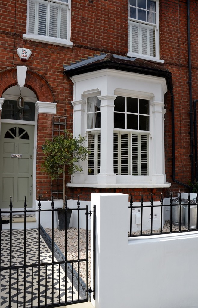 front garden wall painted white metal wrought iron rail and gate victorian mosaic tile path in black and white scottish pebbles York stone balham london (30)
