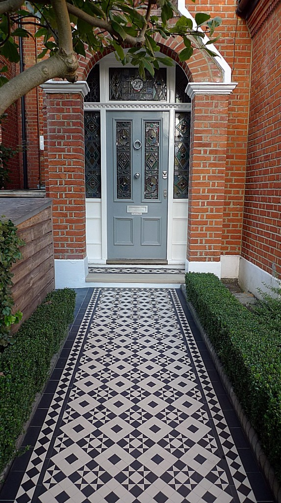 black and white victorian reproduction mosaic tile path battersea York stone rope edge buxus london front garden (16)