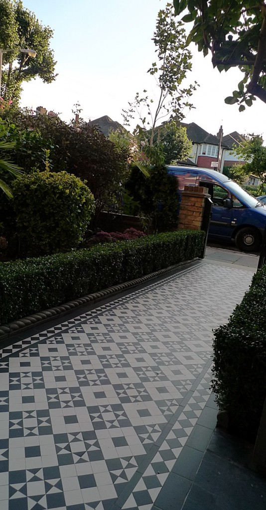 black and white victorian reproduction mosaic tile path battersea York stone rope edge buxus london front garden (2)