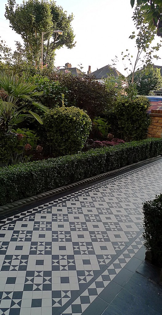 black and white victorian reproduction mosaic tile path battersea York stone rope edge buxus london front garden (20)