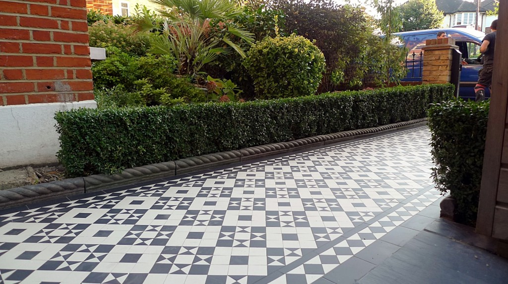 black and white victorian reproduction mosaic tile path battersea York stone rope edge buxus london front garden (21)
