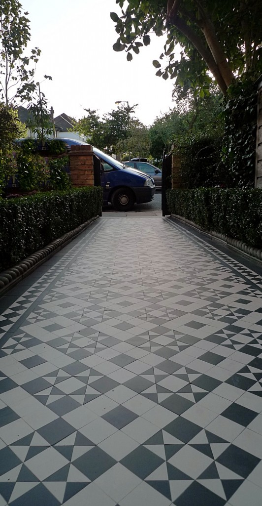 black and white victorian reproduction mosaic tile path battersea York stone rope edge buxus london front garden (3)