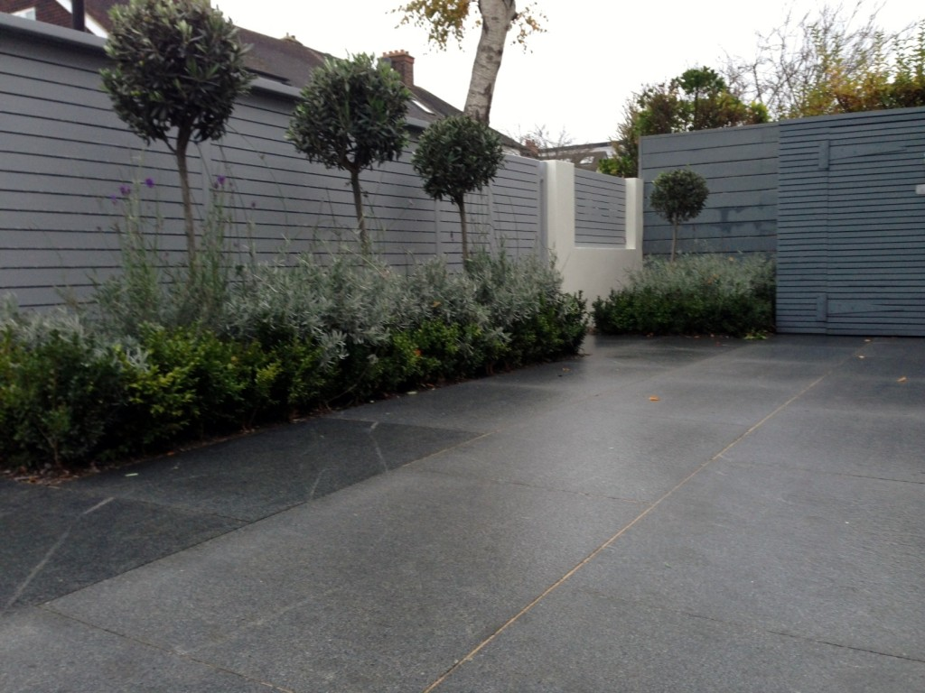driveway car space paving granite bike bin store white wall grey privacy screen trellis automated gates balham clapham dulwich london (18)