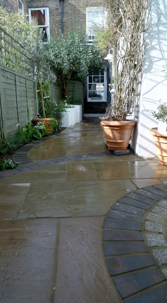 islington garden design courtyard builders designers paving hardwood screen curved bricks london (14)