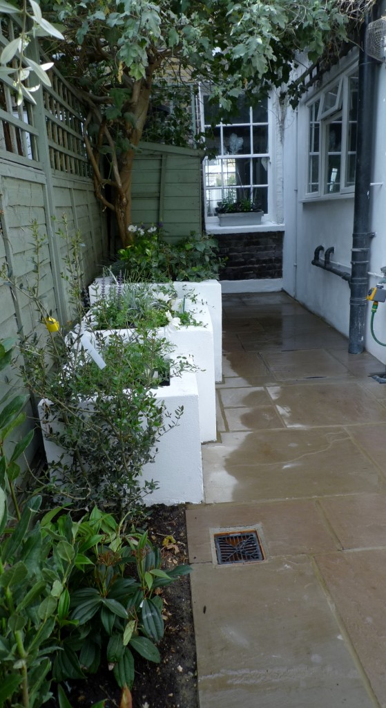 islington garden design courtyard builders designers paving hardwood screen curved bricks london (17)