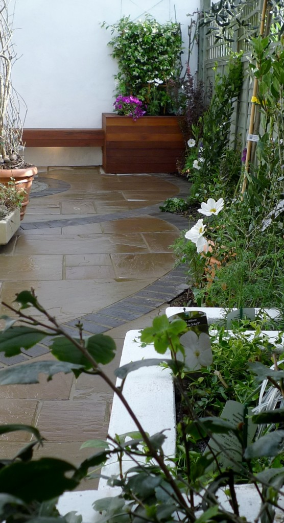 islington garden design courtyard builders designers paving hardwood screen curved bricks london (19)