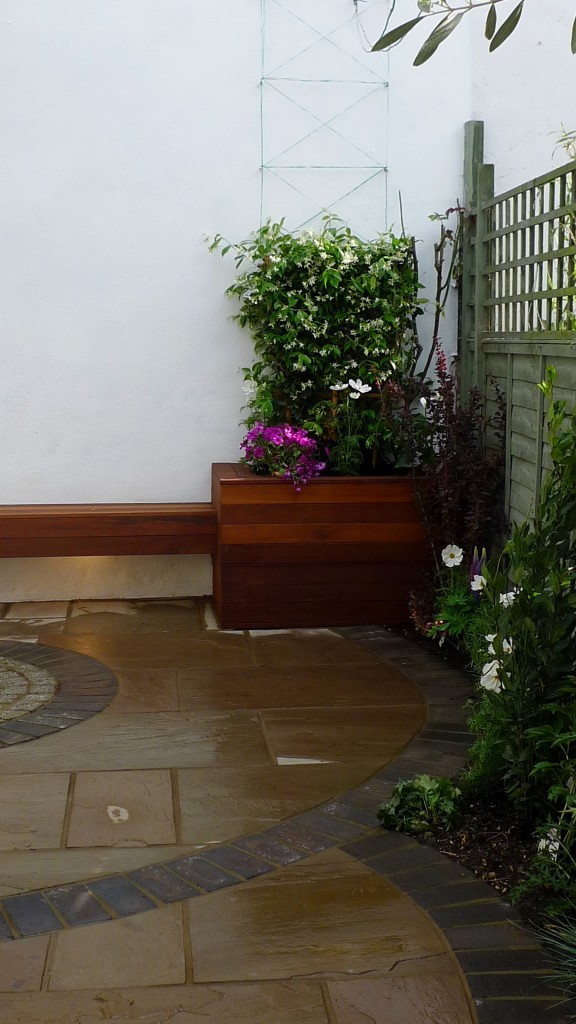 islington garden design courtyard builders designers paving hardwood screen curved bricks london (20)