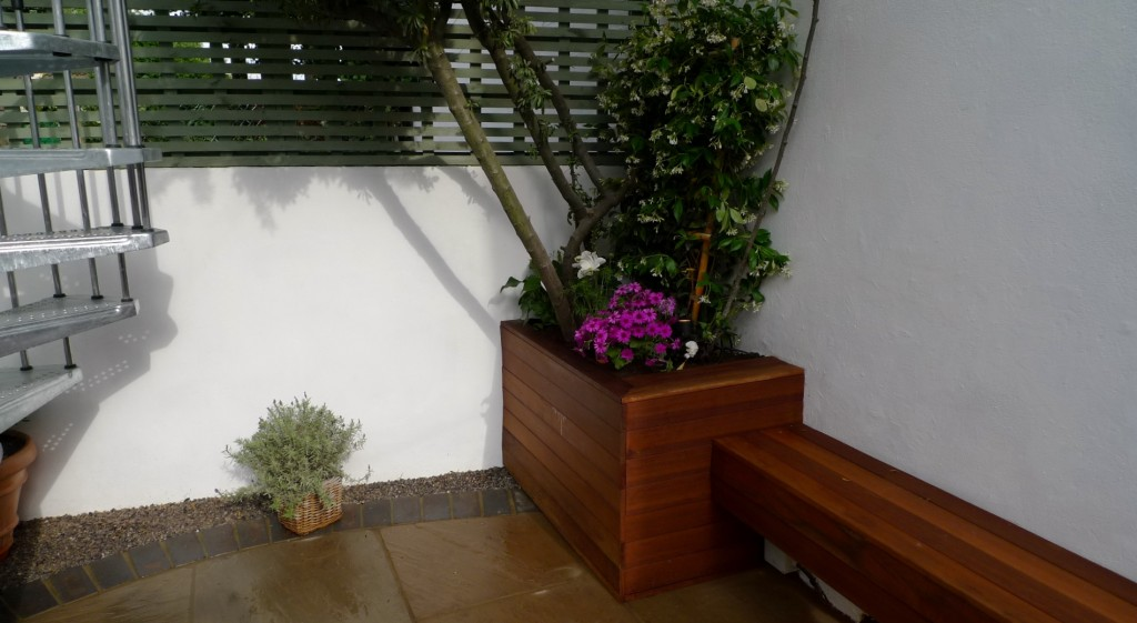 islington garden design courtyard builders designers paving hardwood screen curved bricks london (26)