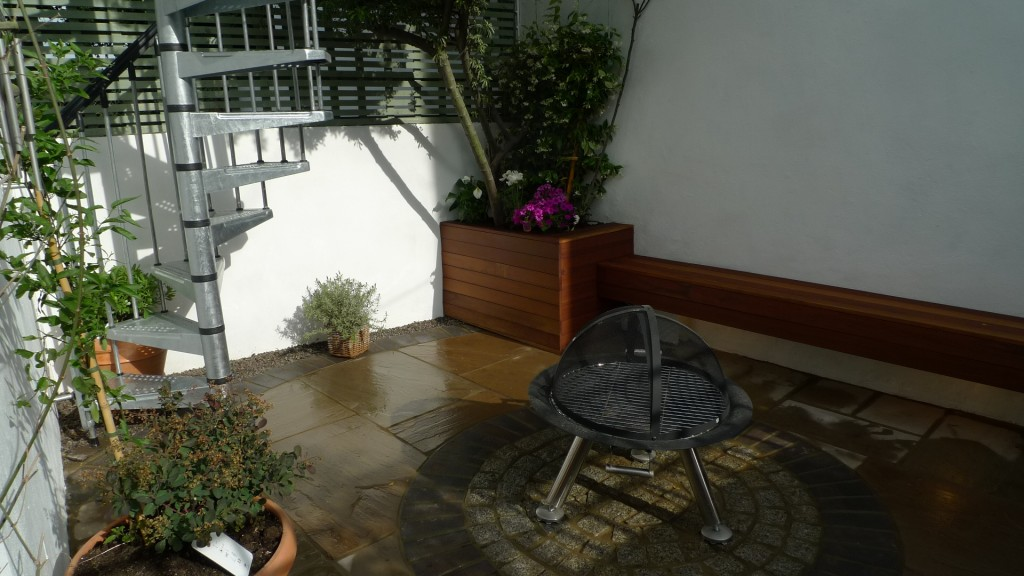 islington garden design courtyard builders designers paving hardwood screen curved bricks london (27)