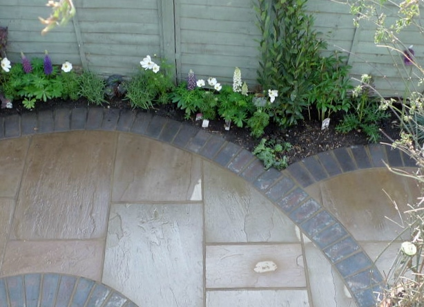 islington garden design courtyard builders designers paving hardwood screen curved bricks london (9)
