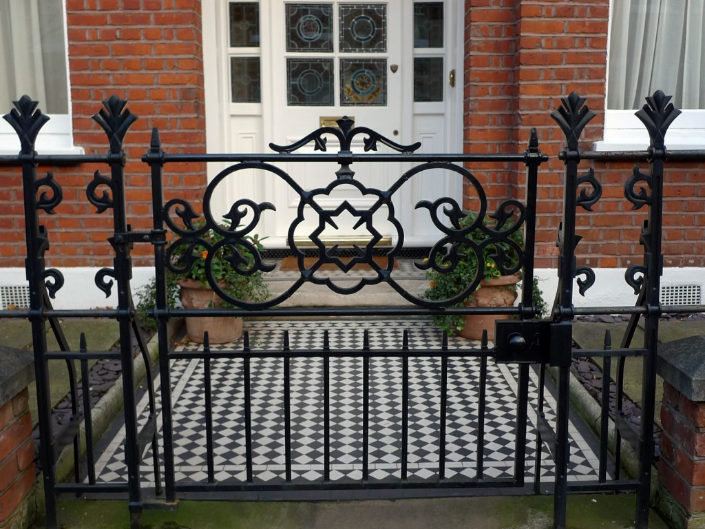 heaver estate metal gate london