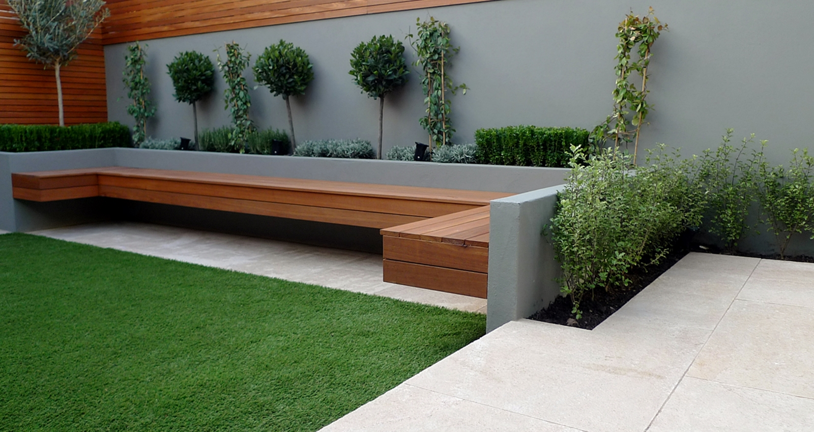 Courtyard london garden design for Small garden bed design ideas