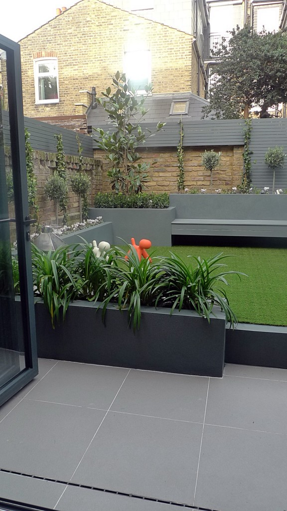 Modern small low maintenance garden fake grass grey raised for Modern low maintenance plants