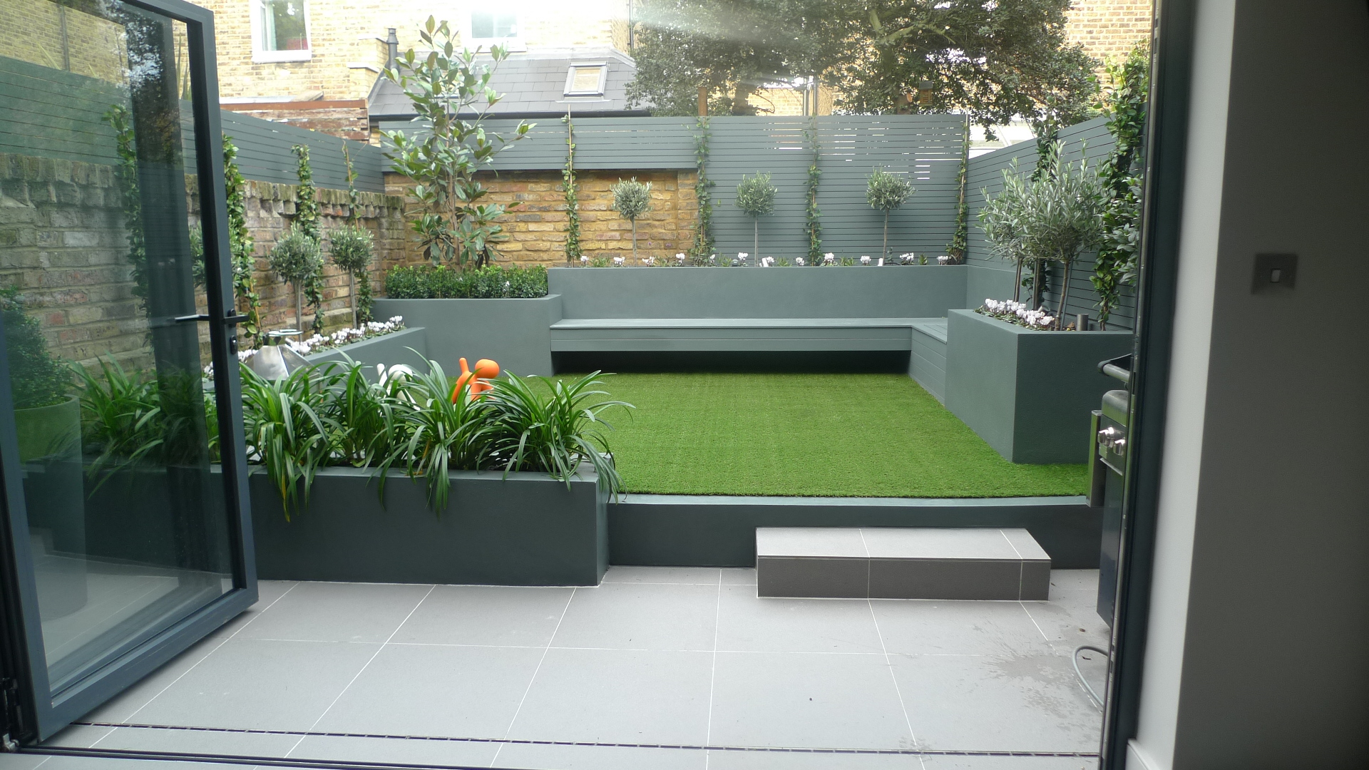 London garden design garden design for Modern low maintenance garden ideas