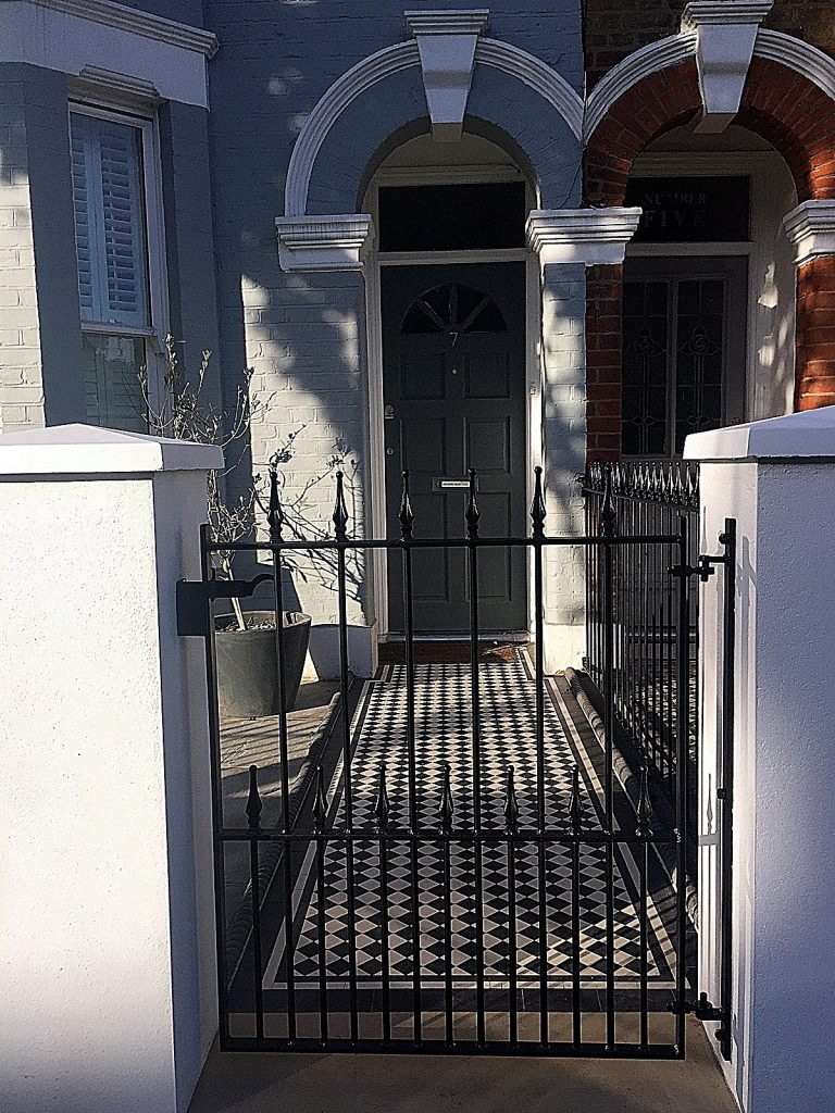 victorian-black-and-white-victorian-mosaic-path-tile-metal-gate-rails-london-clapham-balham-wandsworth