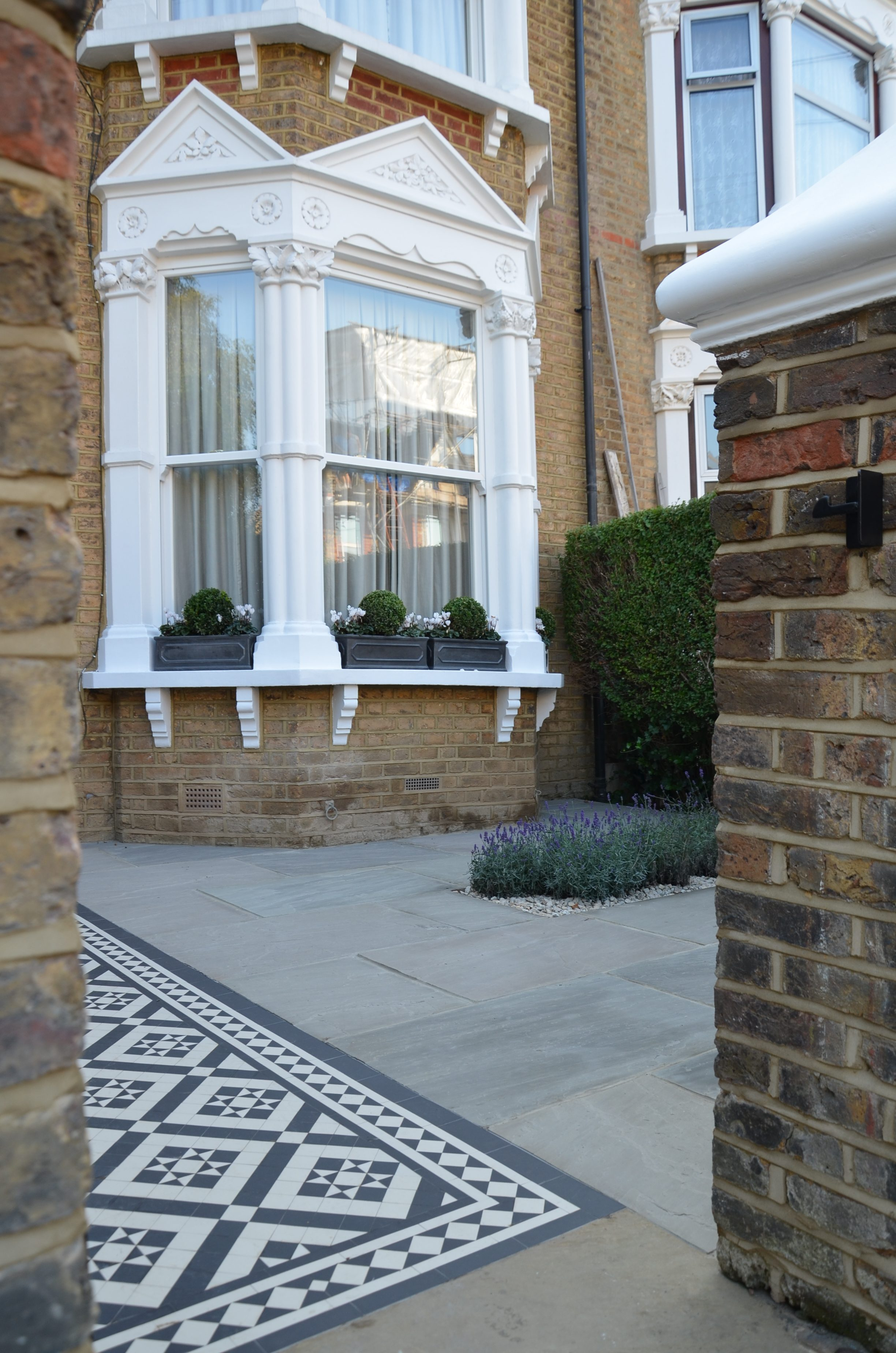 Front garden victorian black and white mosaic london balham clapham kingston bromley croydon for Richmond home and garden show 2017